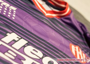 Camiseta alternativa violeta | Foto Prensa Union