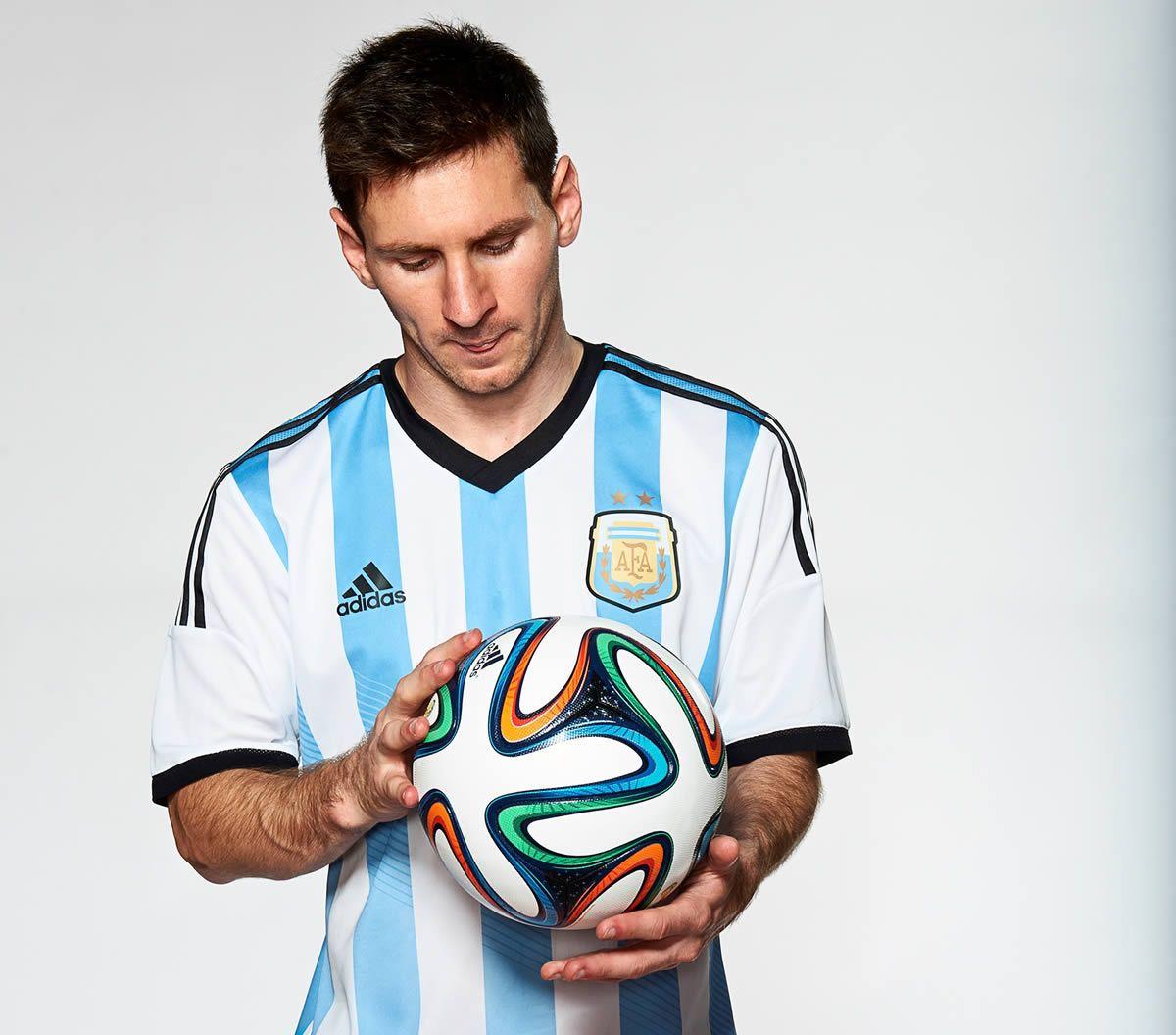 Messi posando con la pelota Brazuca   Foto Adidas