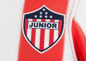 Camiseta titular de Junior | Foto Umbro