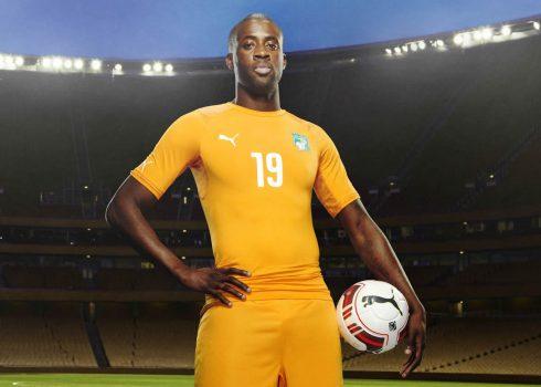 Yaya Touré con las nuevas camisetas | Foto Puma