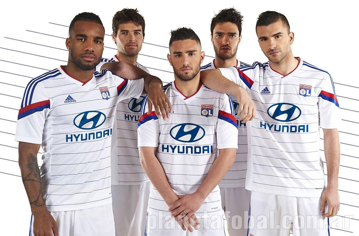 Varios jugadores posan con la camiseta | Foto Web Lyon
