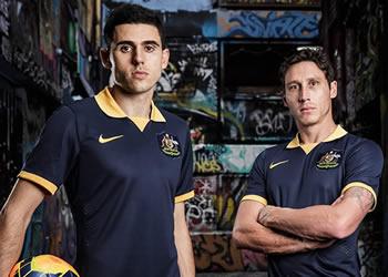 Rogic y Milligan posan con la casaca | Foto Nike