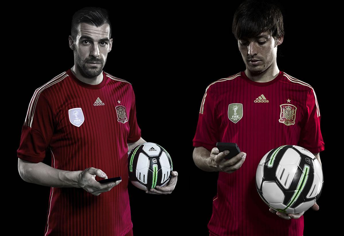 Negredo y David Silva con el balón | Foto Adidas