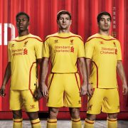 Sturridge, Gerrard y Suarez con la casaca   Foto Web Oficial