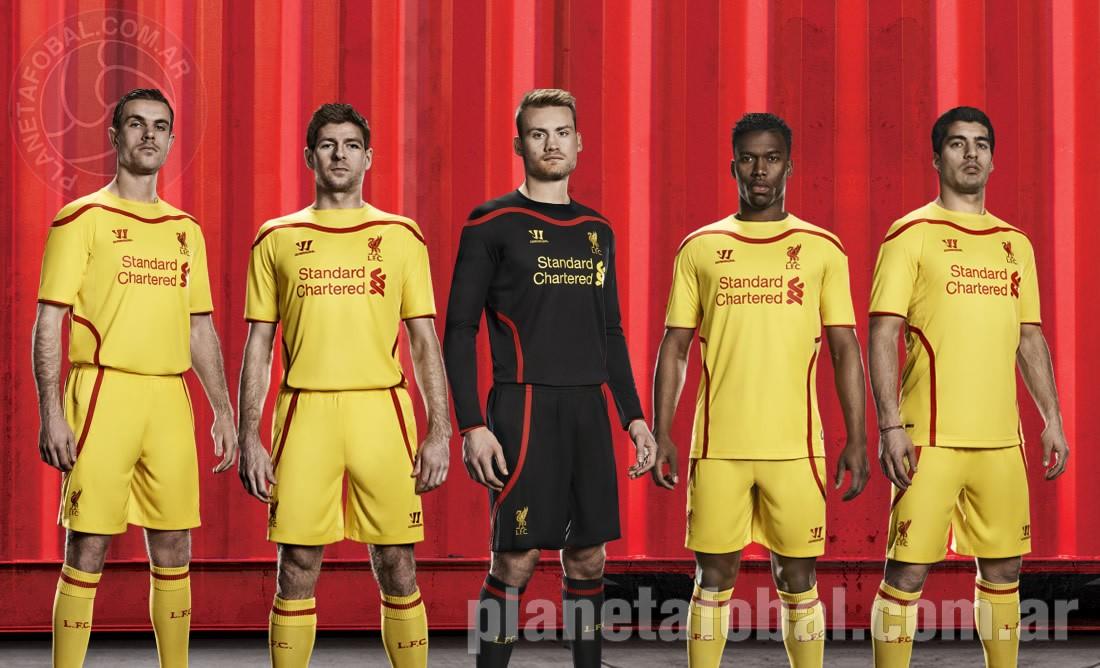 Los jugadores posan con la camiseta | Imágenes Web Liverpool