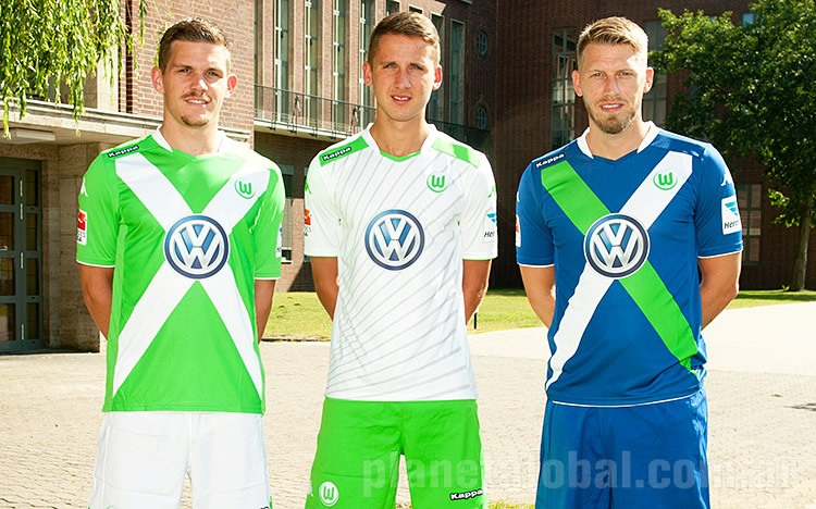 Sebastian Jung, Paul Seguin y Aaron Hunt con las nuevas camisetas Kappa | Foto web Wolfsburgo