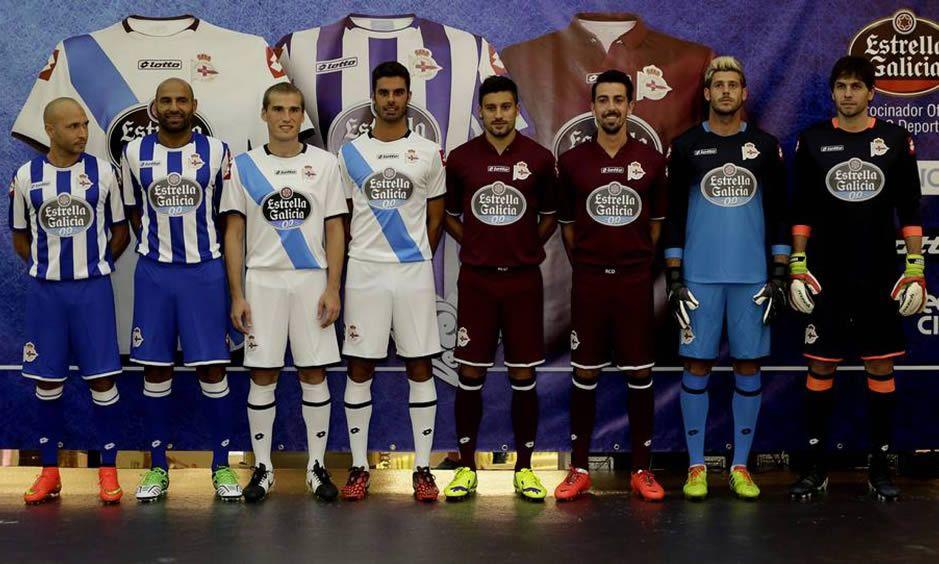 Los jugadores con los distintos modelos | Foto La Voz de Galicia