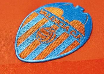 Asi luce el escudo en la nueva camiseta suplente del Valencia para 2014/2015 | Foto web oficial