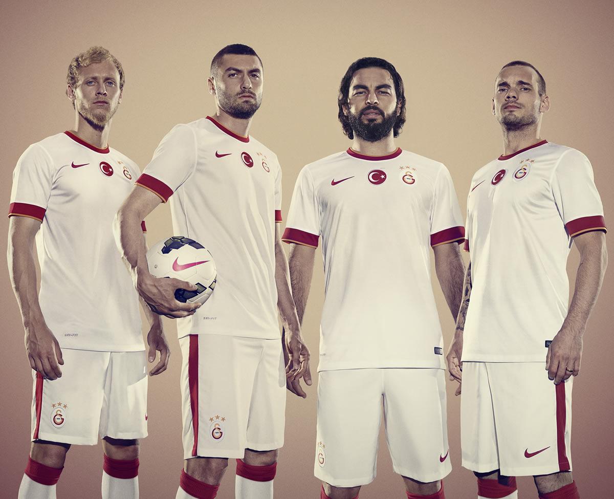Los jugadores con la nueva camiseta suplente | Foto Nike