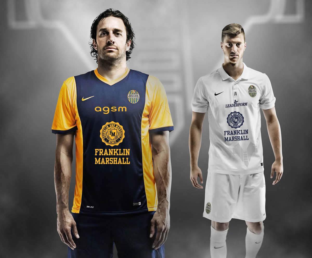 Luca Toni (titular) y Jacopo Sala (suplente) con las nuevas camisetas | Foto web Hellas Verona