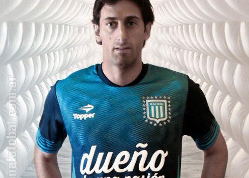 Milito posa con la nueva camiseta | Foto Web Oficial