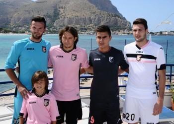 Ujkani, Barreto, Dybala y Vazquez con las casacas | Foto Reppublica