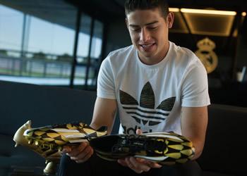 James Rodriguez con su premio y los Adizero| Foto Adidas