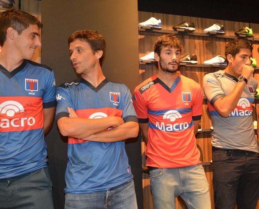 Los jugadores con las casacas | Foto Web Oficial