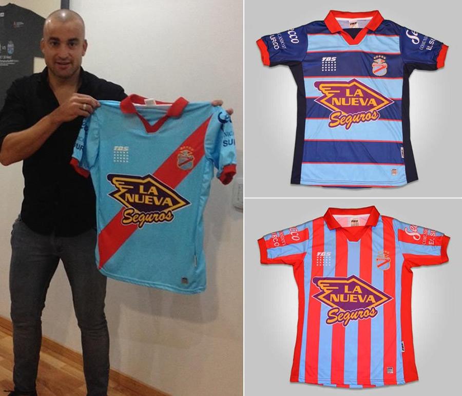 Santiago Silva con las nuevas camisetas | Imágenes Twitter ArsenalPrensa