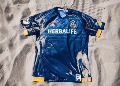 Nueva casaca de LA Galaxy   Foto Web Oficial