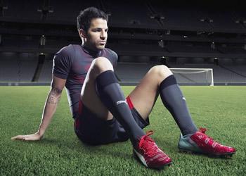 Cesc Fabregas luciendo el nuevo esquema de colores de los evoPOWER | Foto Puma
