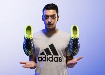 Mesut Ozil con los nuevos ACE15 | Foto Adidas