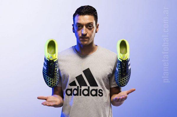 Mesut Ozil con los nuevos ACE15   Foto Adidas