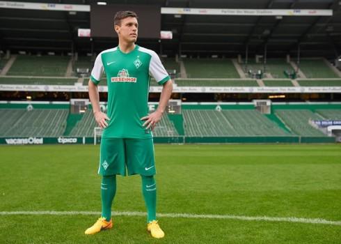 Junuzovic con la nueva camiseta titular de Werder Bremen   Foto web oficial