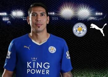Ulloa con la nueva camiseta de Leicester City   Foto web oficial
