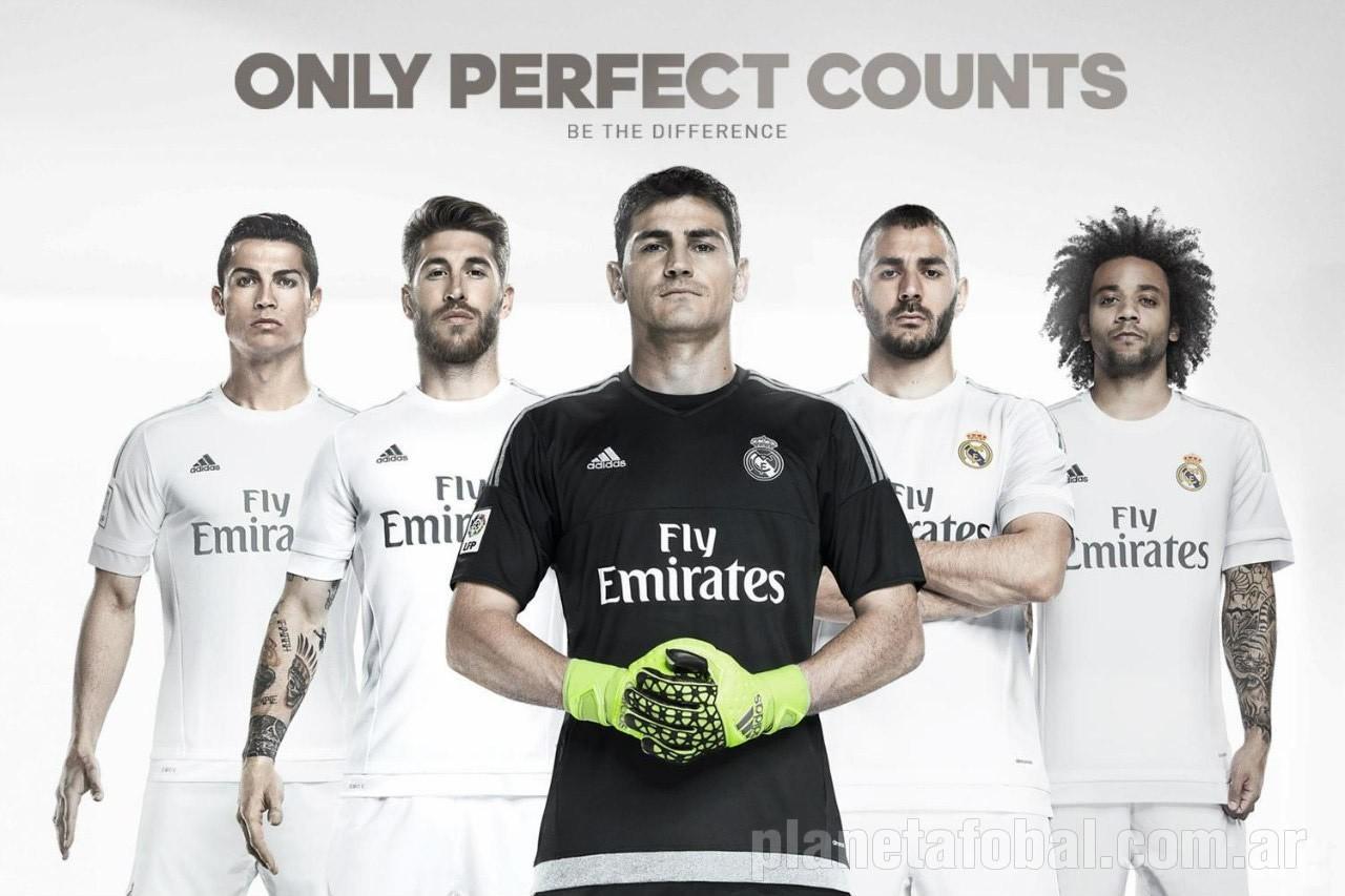Los jugadores posando con la nueva camiseta titular | Foto web oficial