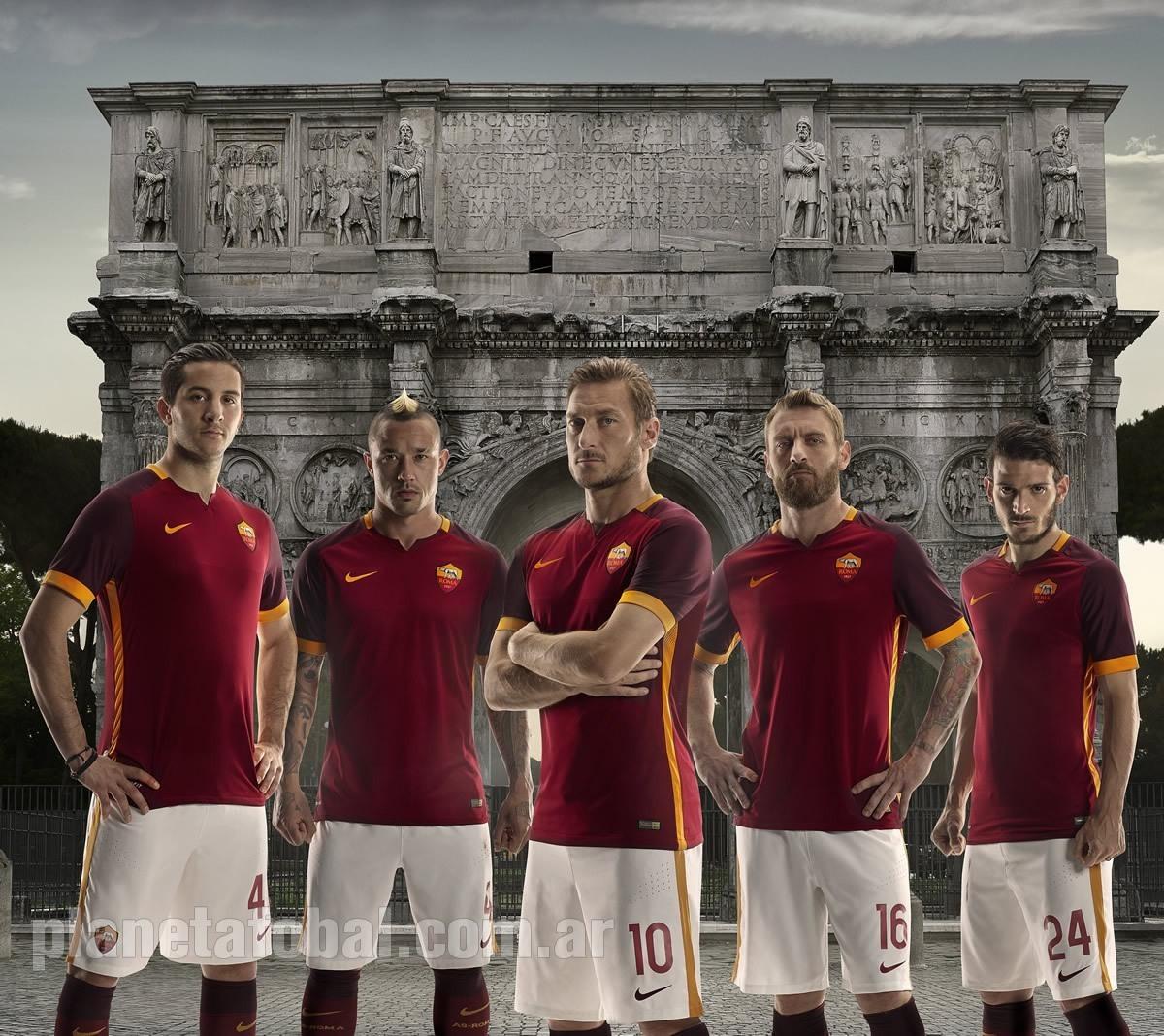 Totti y otros jugadores con la casaca | Foto Nike
