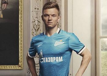 Shatov posando con la nueva camiseta titular del Zenit | Foto Nike