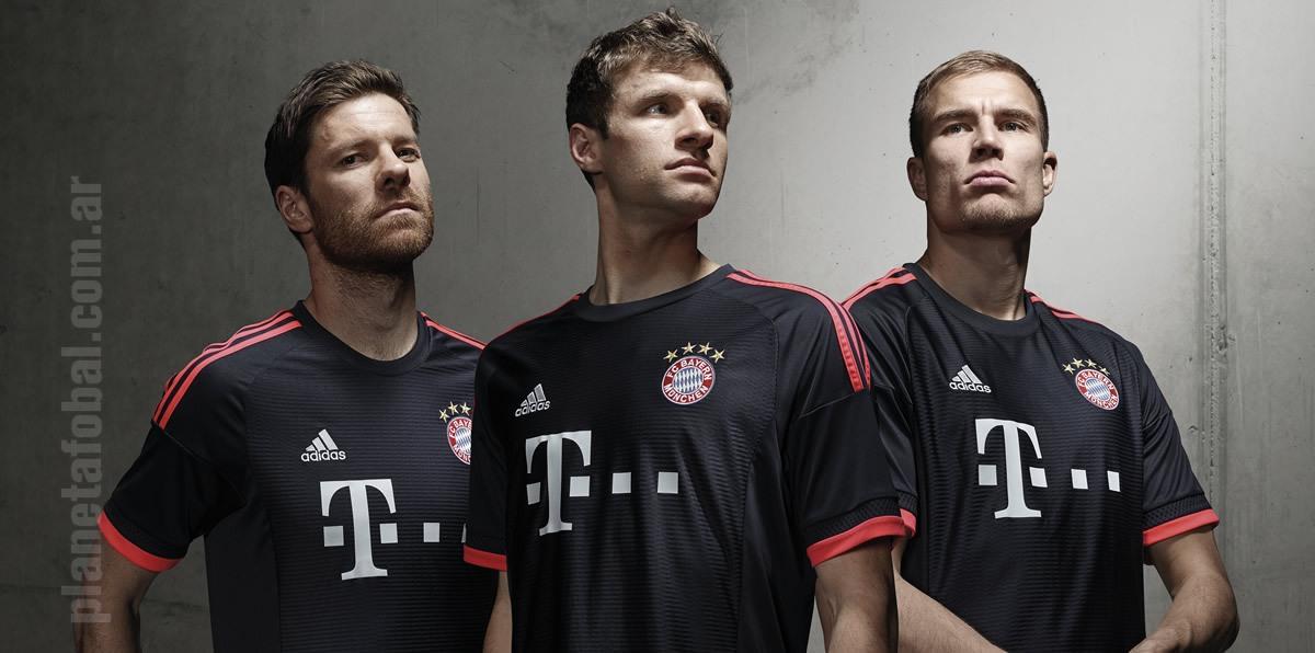 Xabi Alonso, Thomas Müller y Holger Badstuber con la tercera camiseta de Bayern Munich | Foto Adidas
