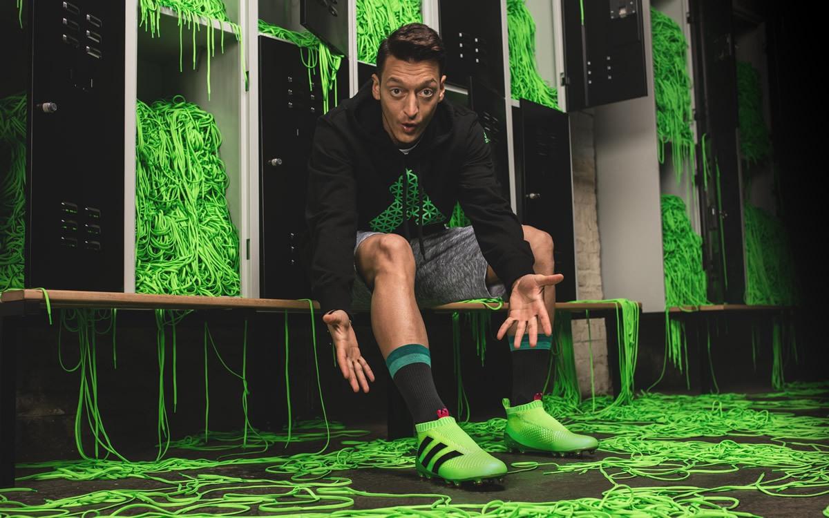 Ozil con los nuevos ACE16 PureControl | Foto Adidas