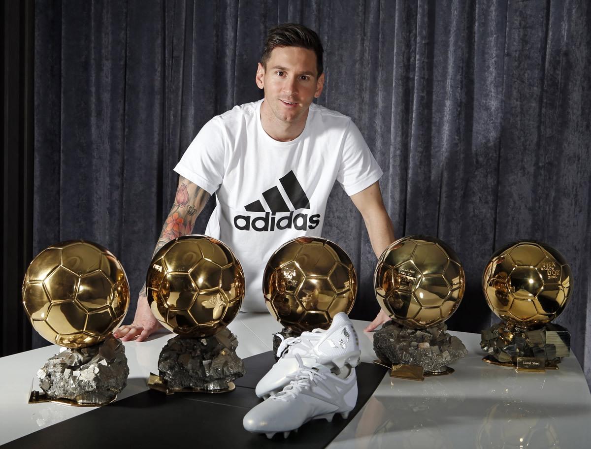 Messi con sus cinco balones y los Platinum | Foto Adidas