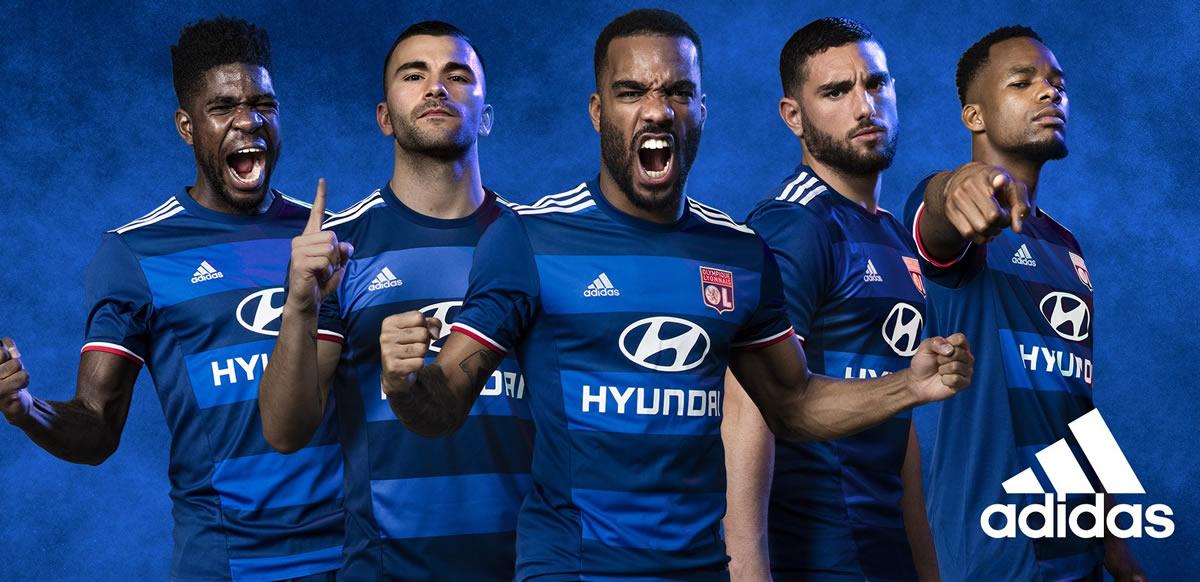 Los jugadores con la nueva camiseta suplente del Lyon 2016/2017   Foto Adidas