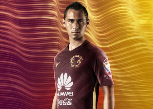 Aguilar con la casaca   Foto Nike