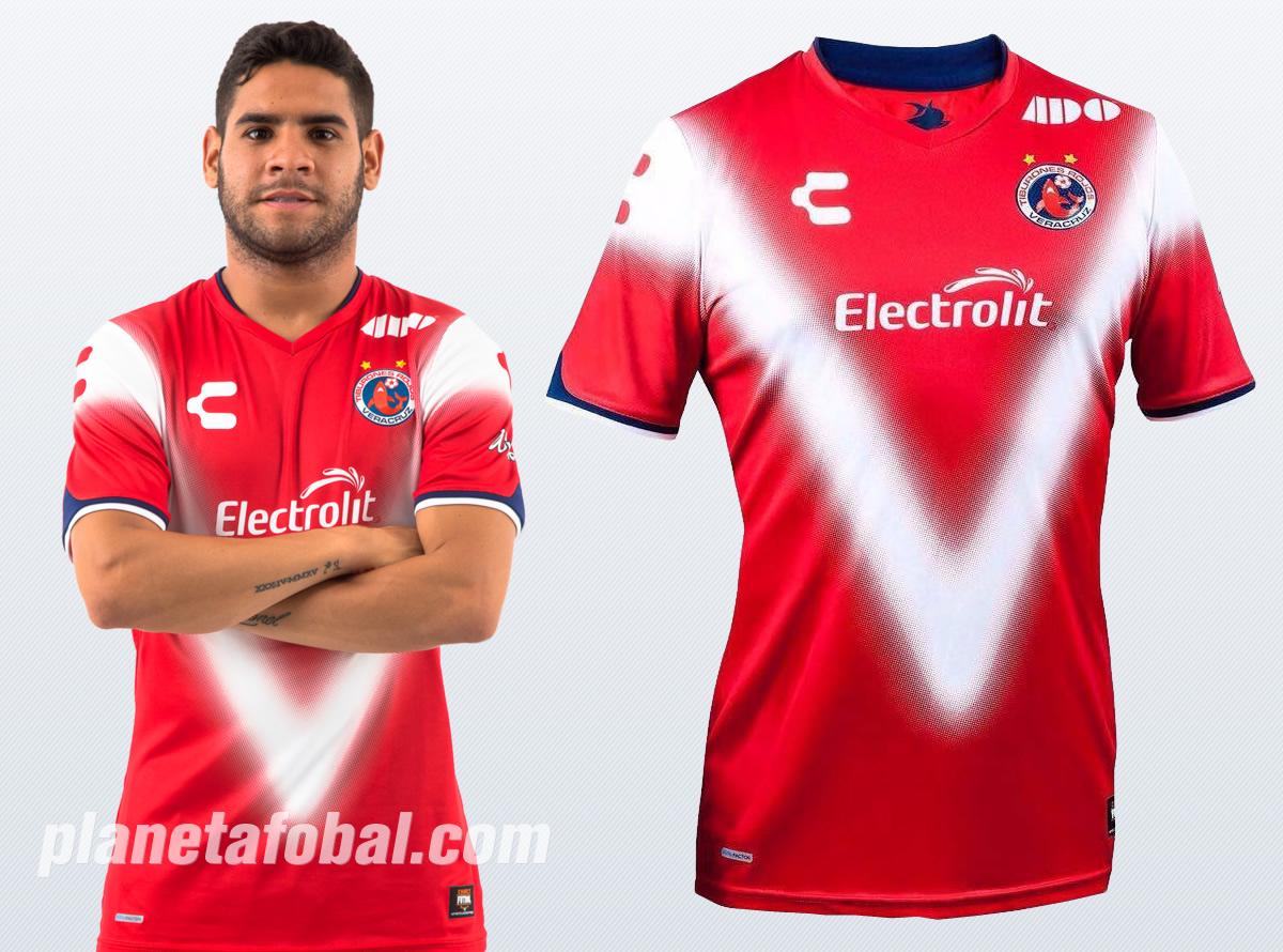 Keko Villalva con la nueva camiseta de los Tiburones Rojos | Imágenes Tienda oficial