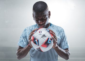 Pogba con la nueva pelota de la Euro 2016 | Foto Adidas