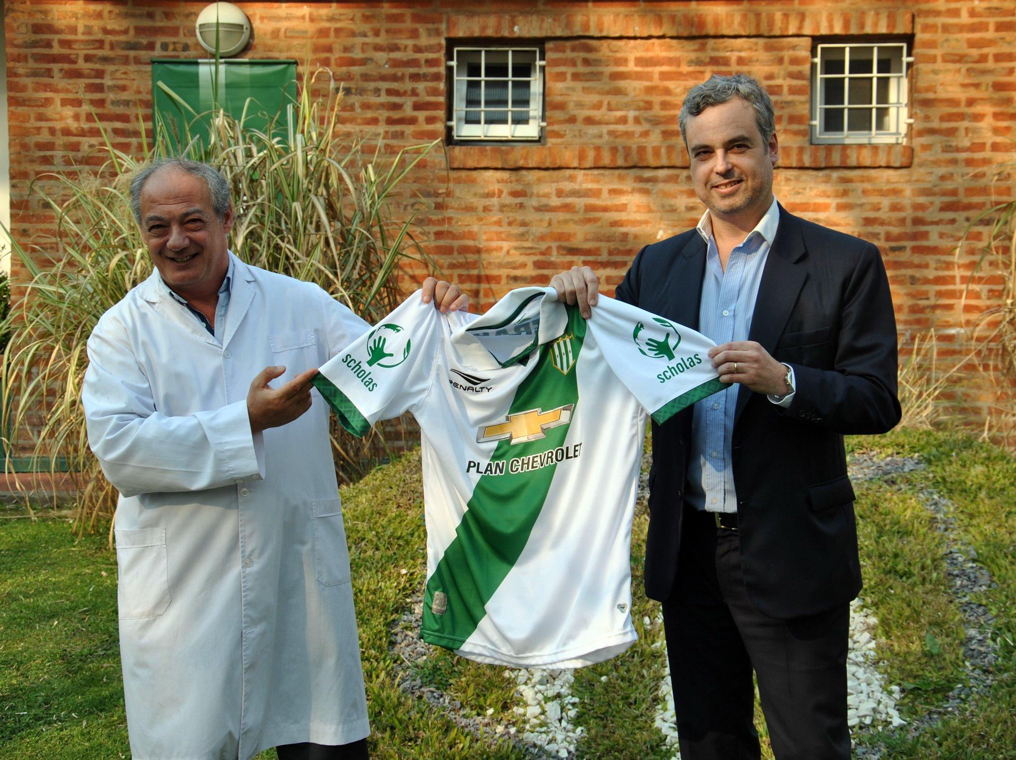 El presidente del club con la casaca | Foto Twitter Oficial