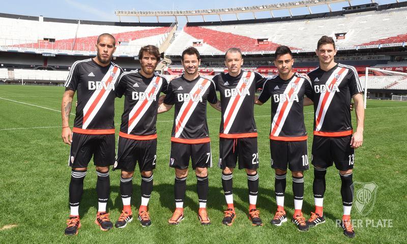 Los jugadores con la nueva casaca   Foto Web Oficial