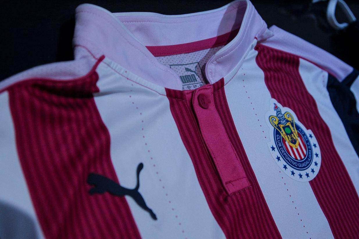 Camiseta de las Chivas correspondiente a la campaña rosa 2016 | Foto Facebook Oficial