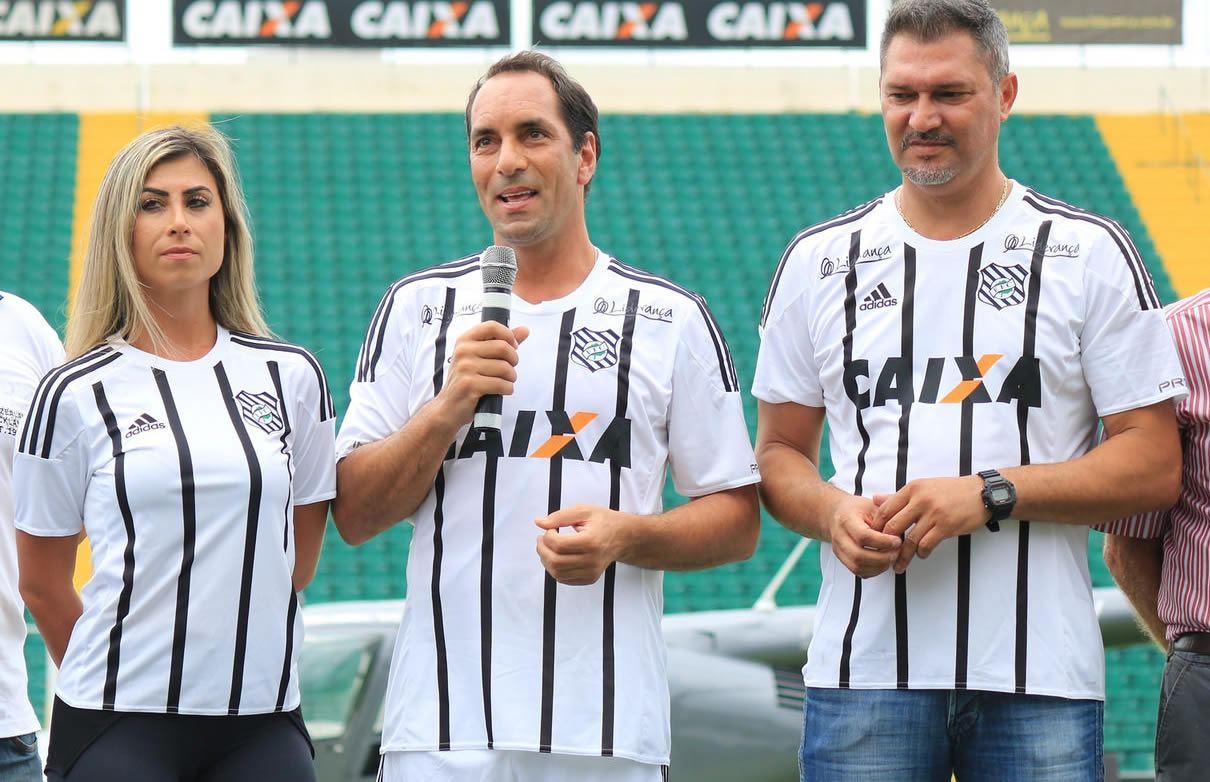 El exfutbolista Edmundo presentando la casaca | Foto Web Oficial