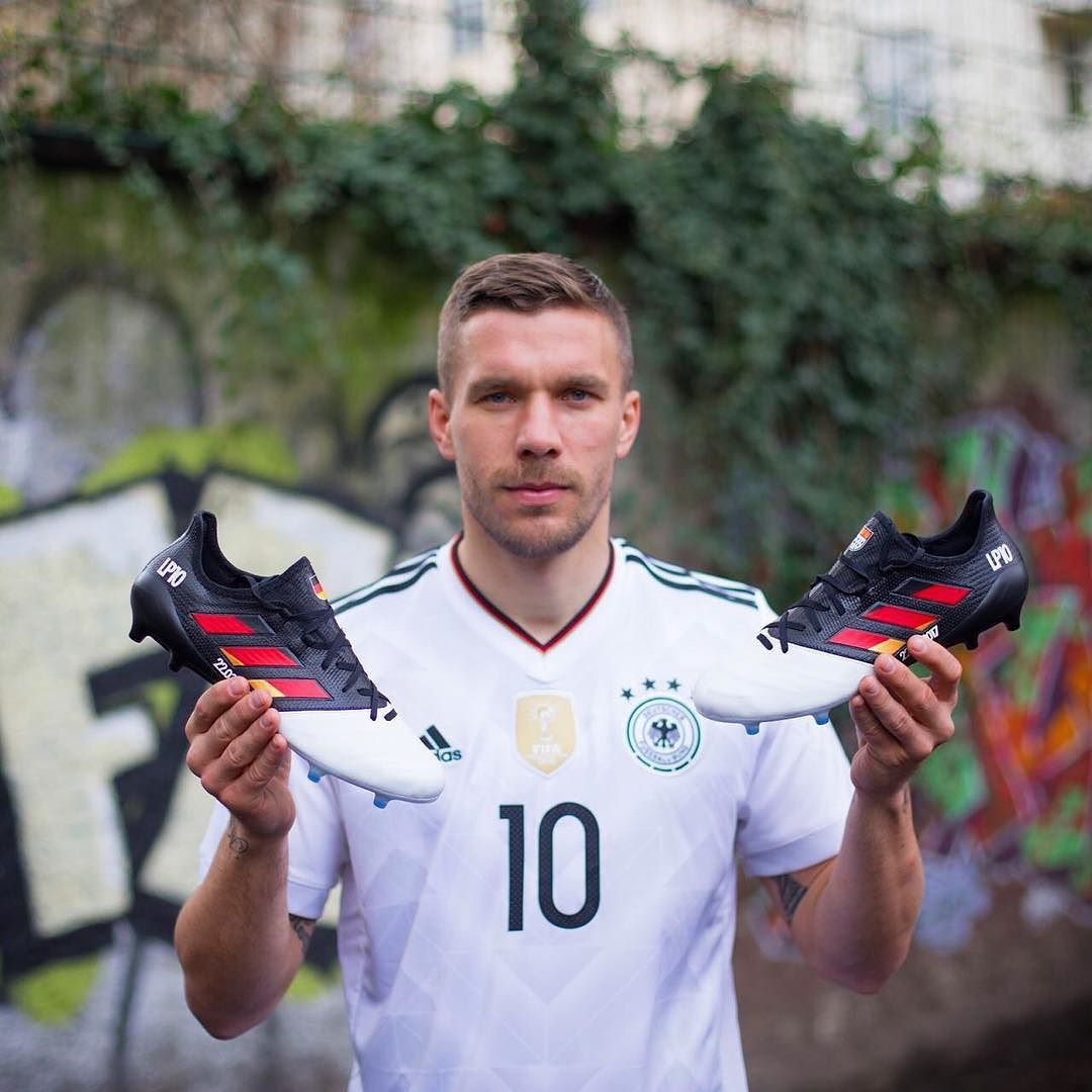 Podolski con sus botines ACE17 | Foto Facebook Oficial