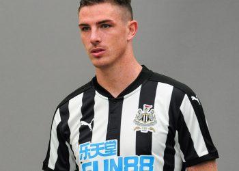 Ciaran Clark con la nueva camiseta del Newcastle | Foto Web Oficial