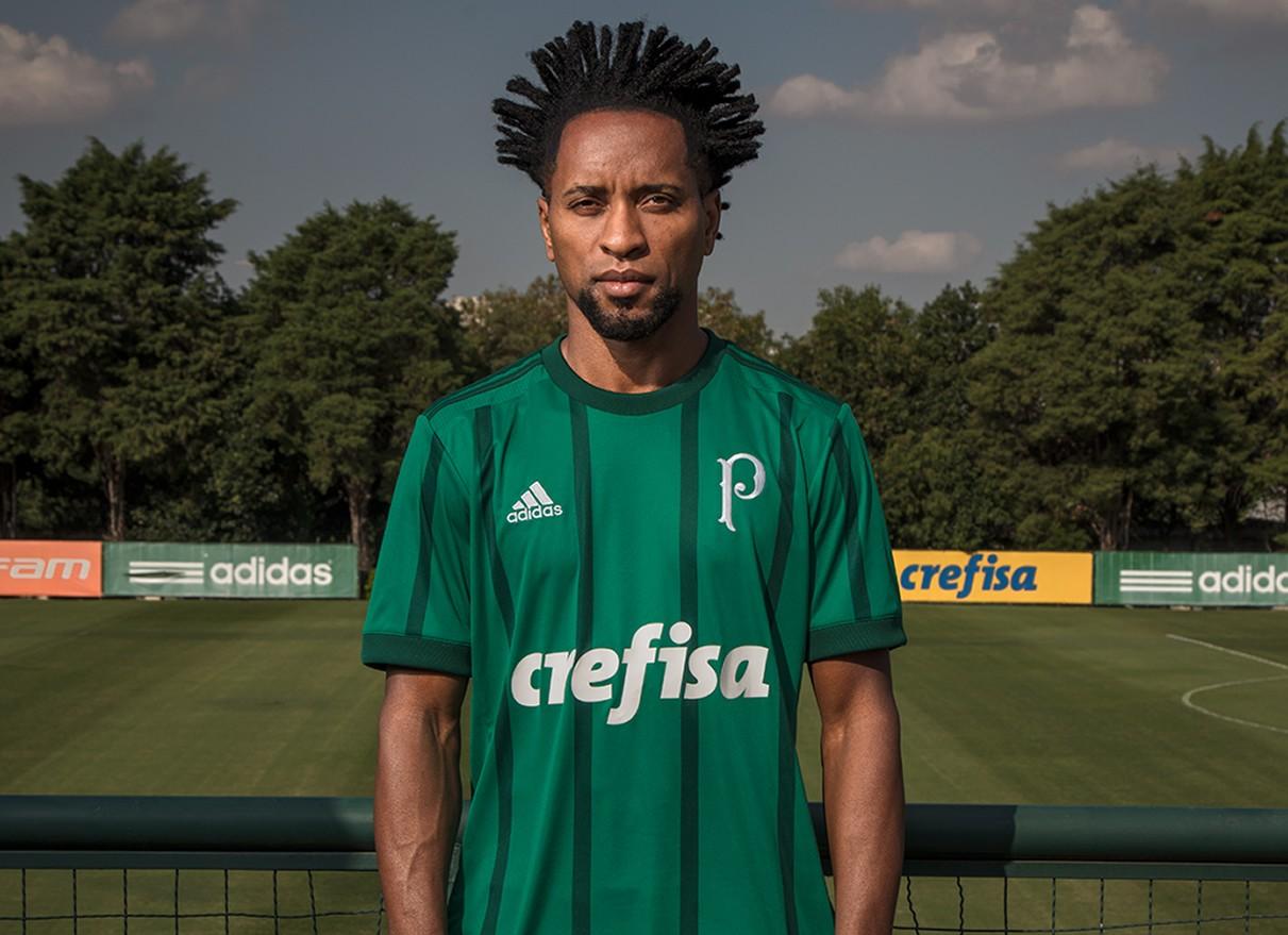 Zé Roberto con la nueva camiseta | Foto Adidas