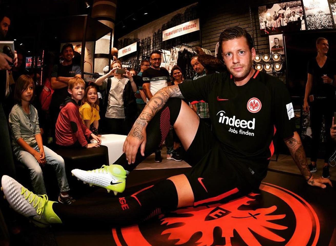 Marco Russ con la nueva camiseta del Frankfurt | Foto Twitter Oficial