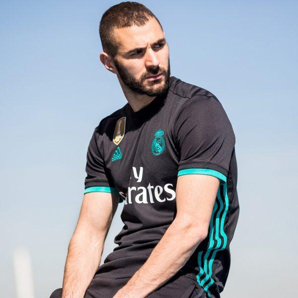 Benzema con la nueva camiseta suplente de Real Madrid | Foto Tienda Oficial