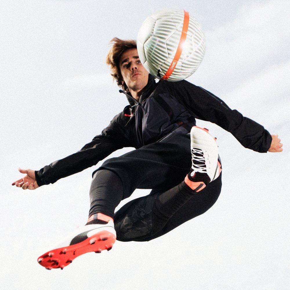 Antoine Griezmann con los nuevos botines ONE | Foto Puma
