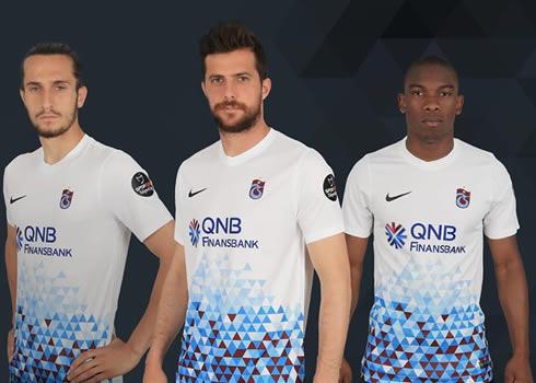 Nueva camiseta suplente 2017-18 del Trabzonspor   Foto Web Oficial