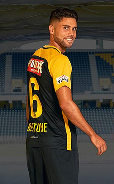 Leonardo Bertone con el kit alternativo   Foto Web Oficial
