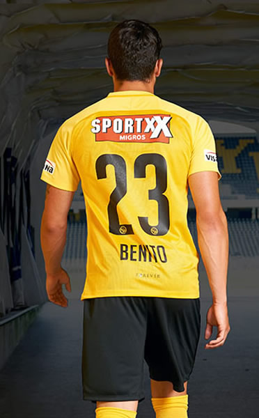 Loris Benito con el kit titular   Foto Web Oficial