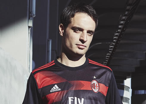 Giacomo Bonaventura posó con el kit   Foto Adidas