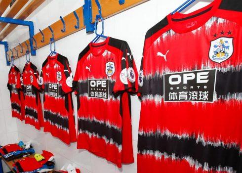 Camiseta suplente Puma del Huddersfield Town | Foto Web Oficial